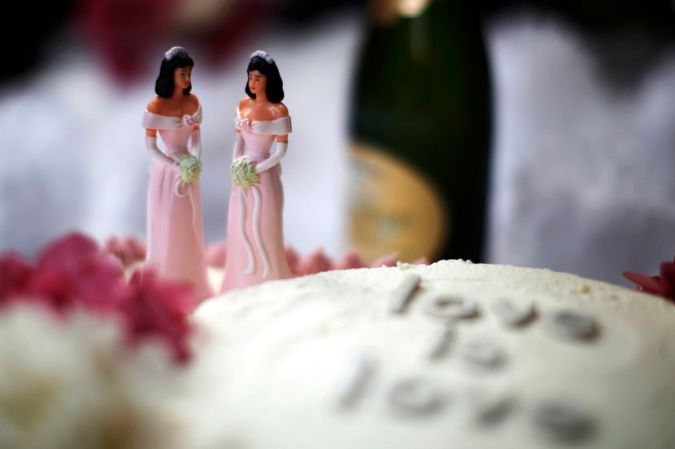A wedding cake is seen at a reception for same-sex couples at The Abbey in West Hollywood, California, July 1, 2013. REUTERS/Lucy Nicholson (UNITED STATES - Tags: POLITICS FOOD SOCIETY) - RTX119FY